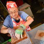 Oříšková pochoutka v karamelu jako náplň do Spring Roll Ice Cream