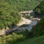 Divoká řeka v oblasti Pinglin nedaleko lotosových zahrad