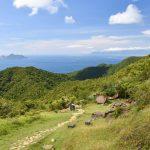 Stará pěší stezka vedoucí k pobřeží Pacifiku