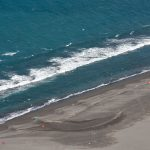 Surfování nebo surfing na pláži Waiao